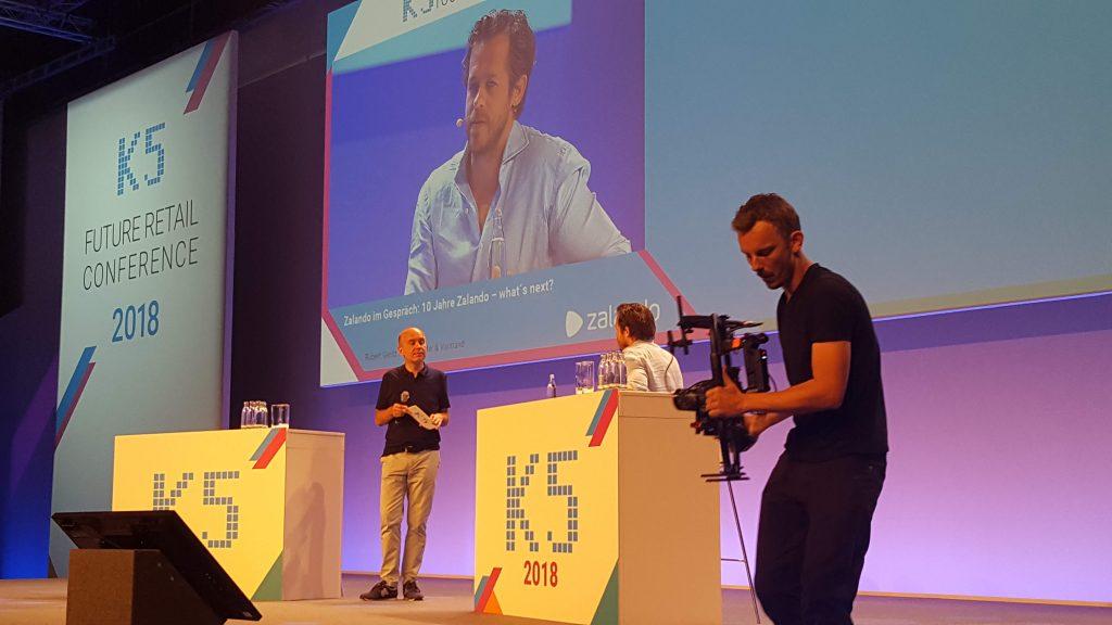 Abbildung der K5 E-Commerce Messe Bühne mit dem Speaker Robert Gentz von Zalando